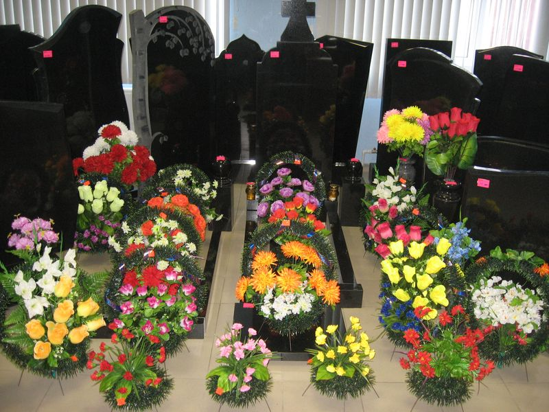 Композиции из искусственных цветов на кладбище своими руками